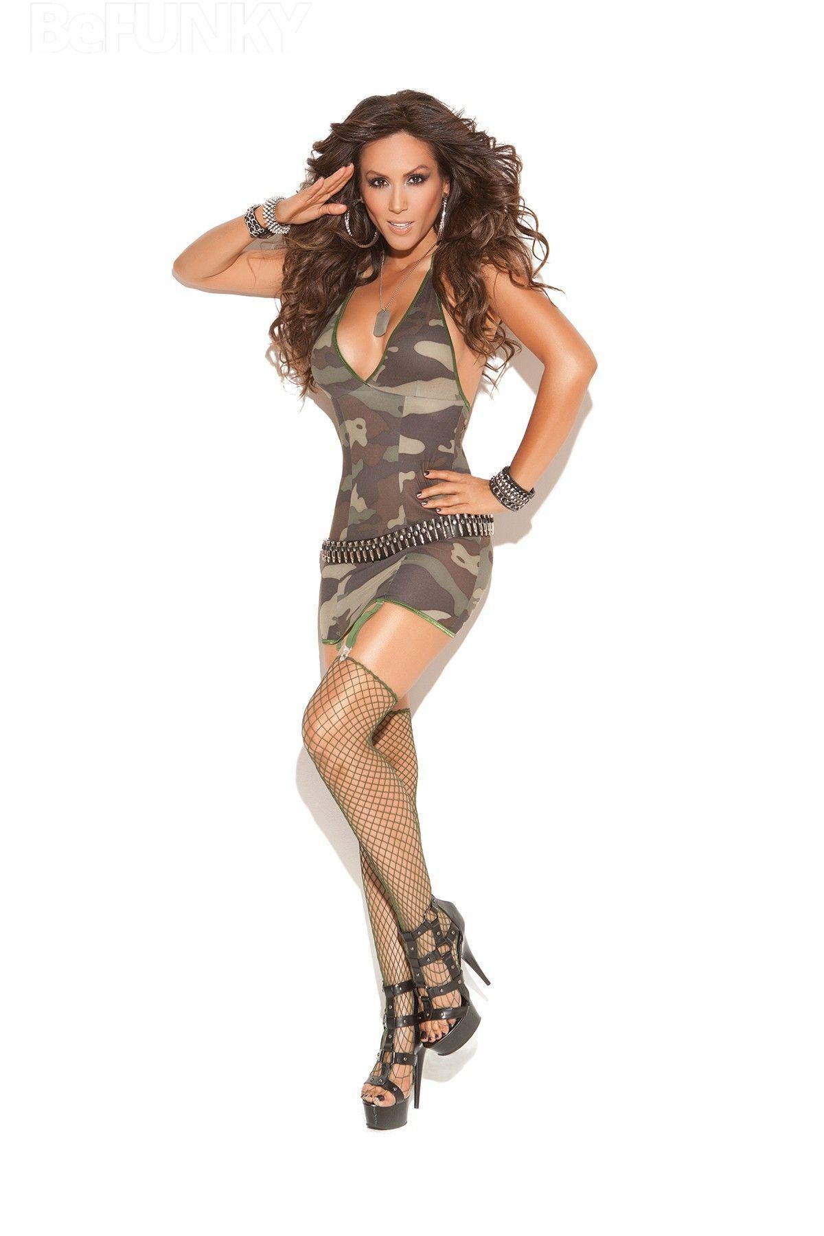 Mini vestido con ligas atadas y medias de red de diamantes